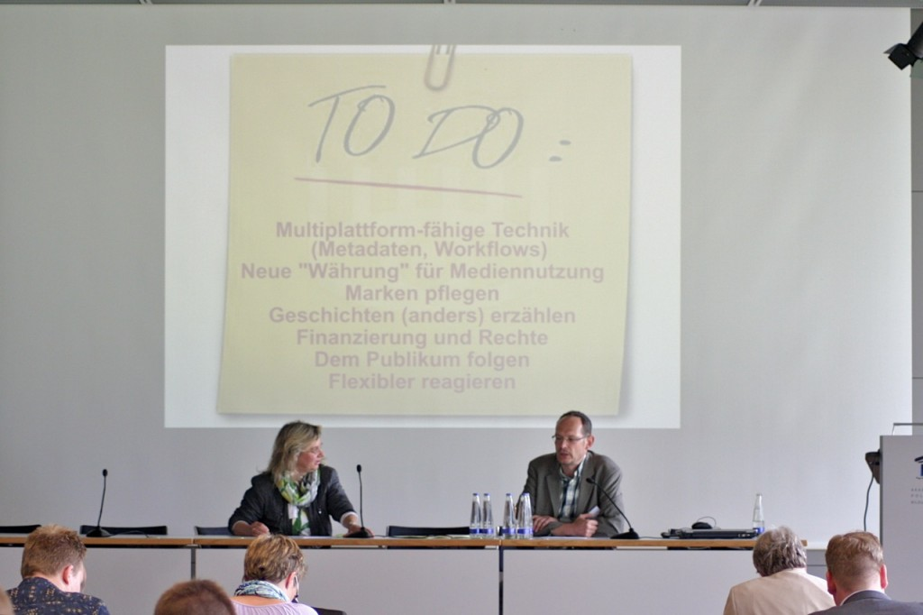 """Christian Vogg präsentiert seine Wunsch-To-dos für Radiojournalisten im Panel """"Radio im Wettebewerb der neuen Medienwelt"""", Inge Seibel-Müller fragt nach."""